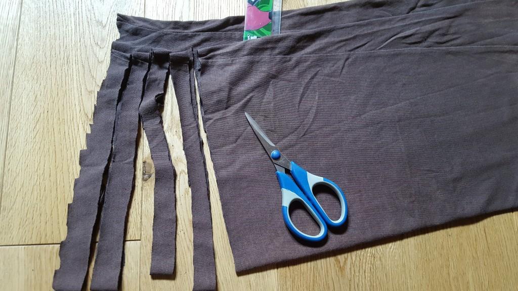 couper des lanières de 1-2 cm jusqu'au premier bord inclu